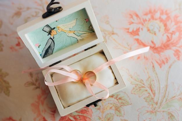 Fedi nuziali degli sposi in una scatola. anelli di fidanzamento in oro. matrimonio in montenegro.