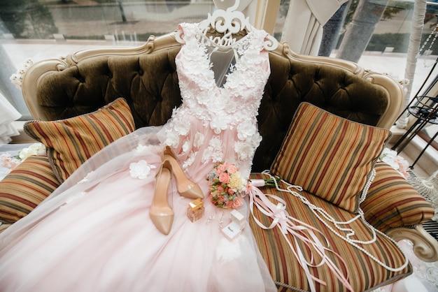 Primo piano di fedi nuziali e altri accessori durante la riunione della sposa. nozze