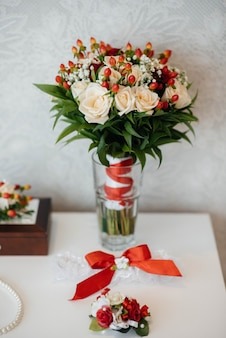 Primo piano di fedi nuziali e altri accessori durante il raduno della sposa. nozze.