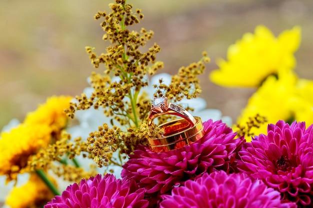 Fedi nuziali dalie rosa composizione floreale per un matrimonio con fedi nuziali