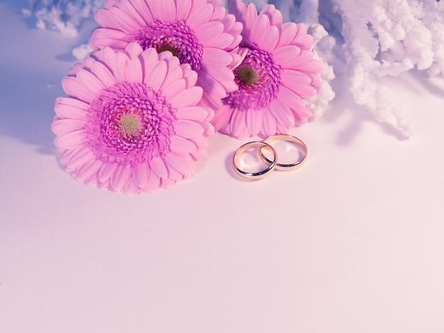Anelli di nozze su sfondo bianco
