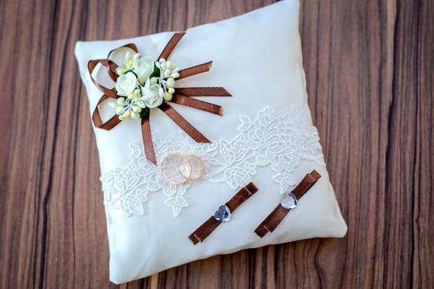 Fedi nuziali sul cuscino bianco