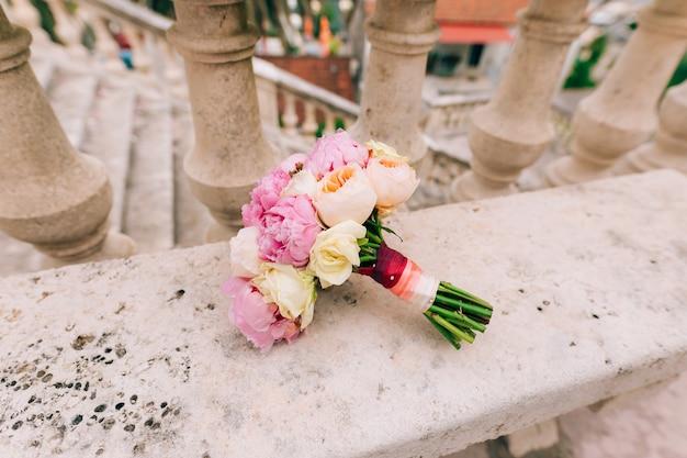 Matrimonio di rose e peonie sugli scogli