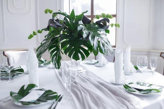 Matrimonio servito da tavola con tema della natura delle foglie di palma