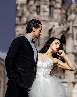 Matrimonio coppia sexy vicino alla casta sul palazzo all'aperto