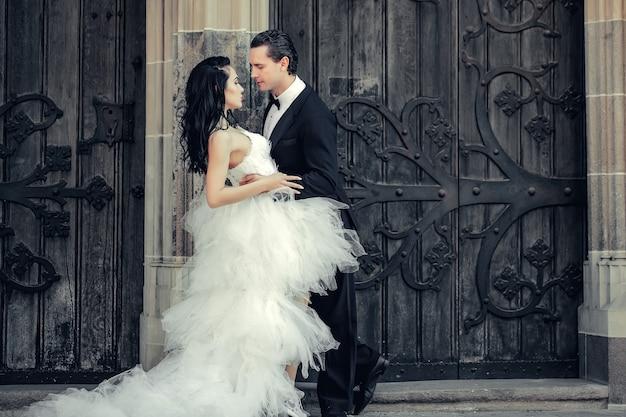 Matrimonio coppia sexy vicino alla porta di ferro in legno