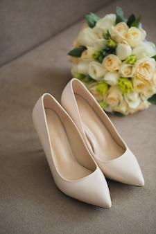 Scarpe da sposa e bouquet
