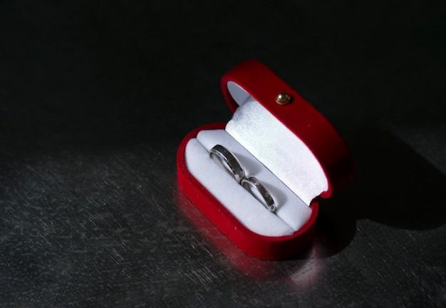 Anelli di nozze d'argento in una scatola rossa brillante