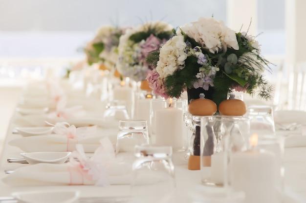 Decorazioni per la tavola di nozze all'aria aperta sullo sfondo del mare