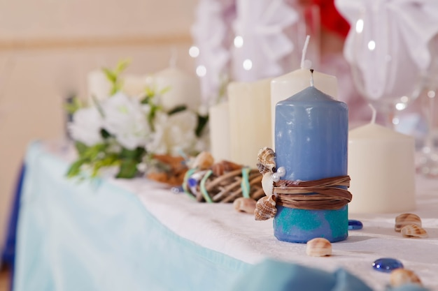 Decorazioni per la tavola di nozze nel ristorante sullo sfondo degli interni