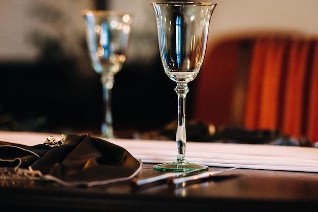 Decorazione della tavola di nozze sul tavolo del castello, posate sul tavolo