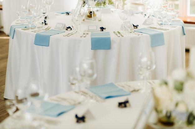 Decorazione della tavola di nozze con fiori blu sul tavolo nell'arredamento della tavola del ristorante per la cena al matrimonio