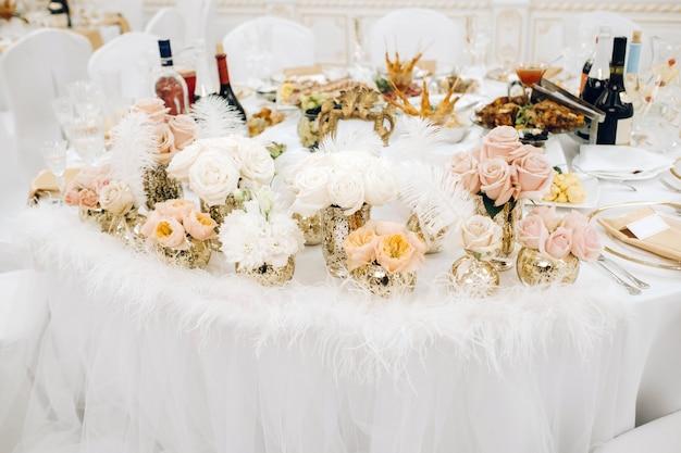 Decorazione della tavola di nozze con fiori sul tavolo nel castello, decorazione della tavola per la cena a lume di candela.cena con le candele