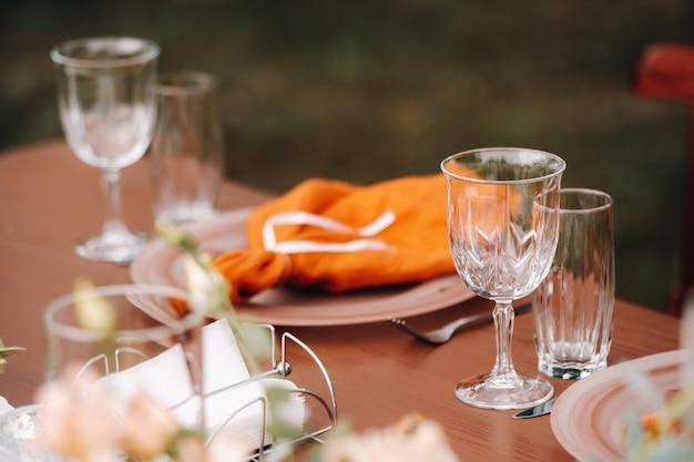 Decorazioni per la tavola di nozze con fiori sul tavolo, decorazioni per la tavola da pranzo