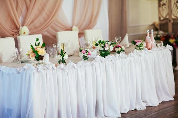 Decorazioni per la tavola di nozze nel ristorante