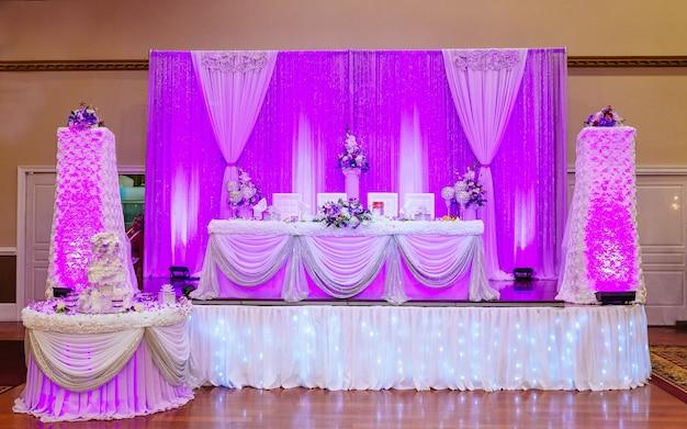 Tavola di nozze fiori freschi su una tavola di nozze