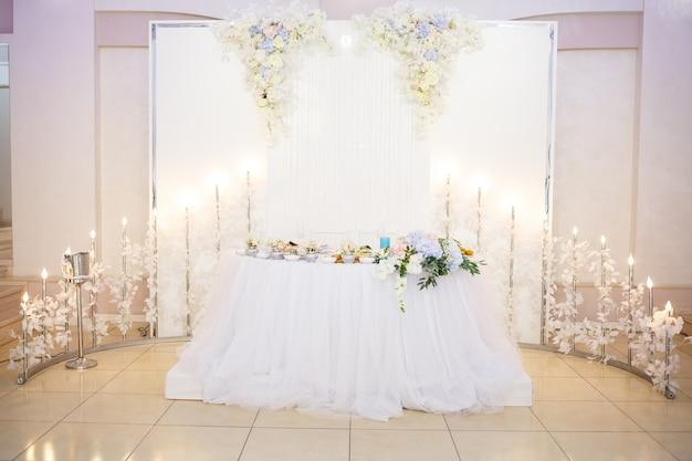 Tavolo da matrimonio per sposini con bellissime decorazioni