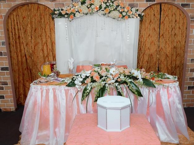 Regolazione della tavola di nozze nell'arredamento della decorazione di stile rustico