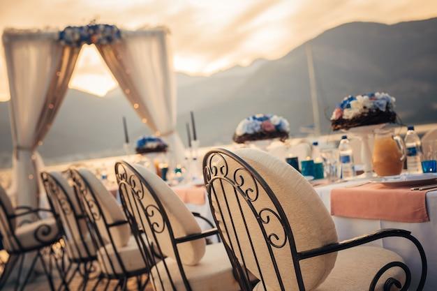 Tavolo di nozze in riva al mare
