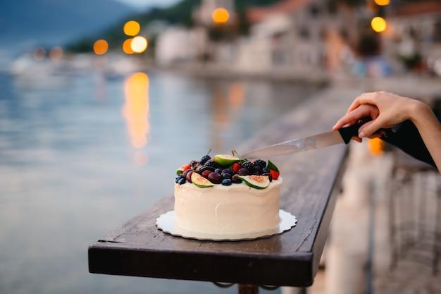 Tradizione nuziale il taglio della torta nuziale della sposa e gr