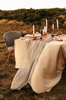 Matrimonio, momento del matrimonio, decorazioni, decorazioni, decorazioni per matrimoni, tavolo da matrimonio all'aperto per due. pendenti in oro, decoro rosa.
