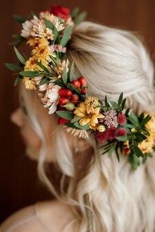 Corona nuziale di fiori secchi sulla testa di una sposa dai capelli bianchi