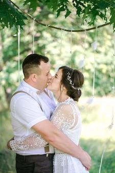 Matrimonio di una giovane bella coppia in stile vintage. sposi in una passeggiata nel parco
