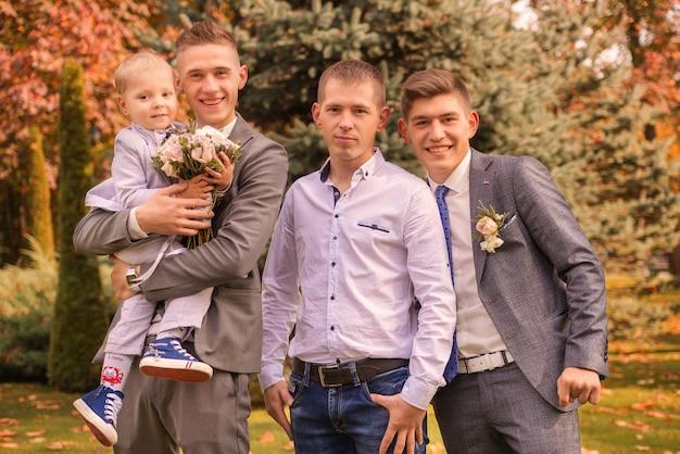Matrimonio giovani uomini insieme