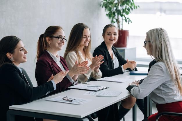 Benvenuto nella squadra di affari. colloquio di lavoro di successo. femmine aziendali delle risorse umane che applaudono.