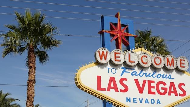 Benvenuti nella favolosa insegna al neon retrò di las vegas, nevada, usa. simbolo del casinò e del gioco dei soldi.
