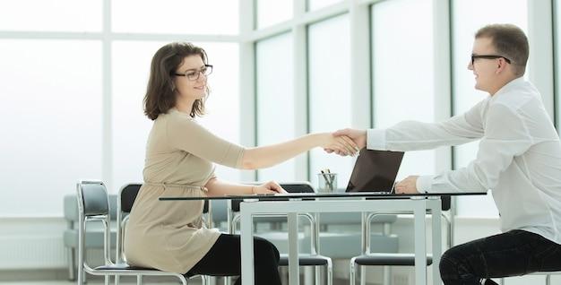 Stretta di mano di benvenuto dei partner commerciali alla riunione in ufficio. concetto di cooperazione