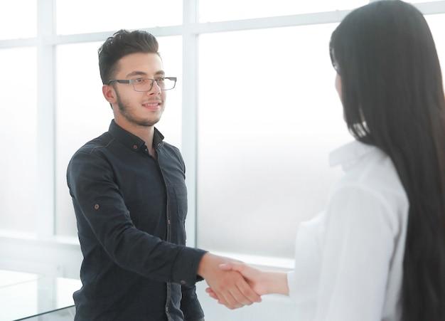 Benvenuta stretta di mano di uomini d'affari in ufficio.concetto di partnership