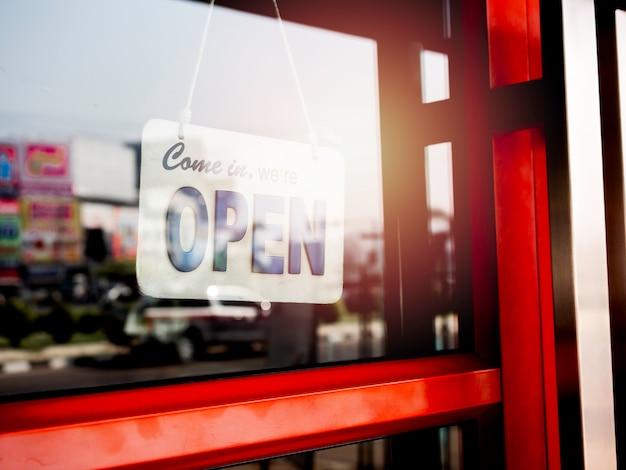 Segno di benvenuto con la parola aperta