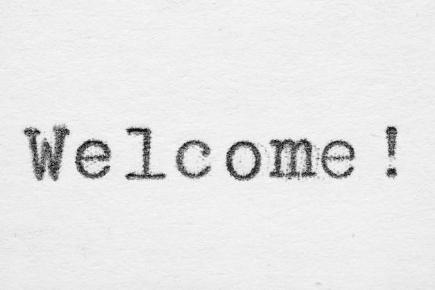 Parola di benvenuto su carta bianca stampata con font vecchia macchina da scrivere di moda