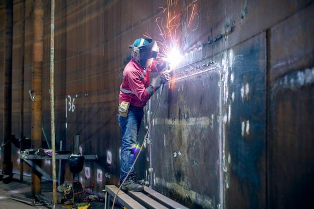 Saldatore metallo parte in acciaio al carbonio giunti piastra guscio all'interno del serbatoio spazio limitato