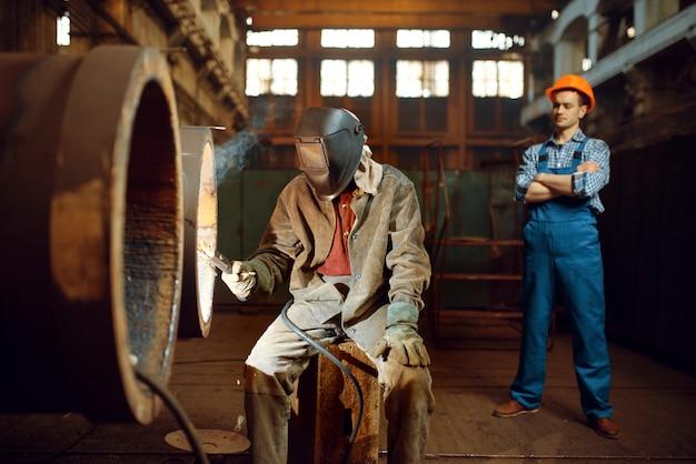 Il saldatore lavora in fabbrica