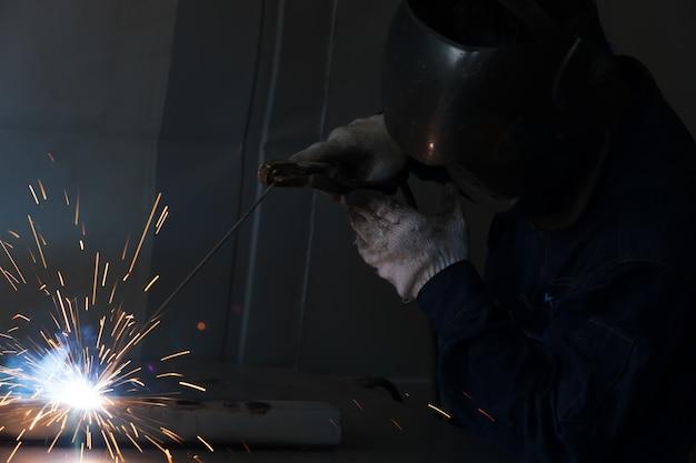 Lavori di saldatura nelle fabbriche.