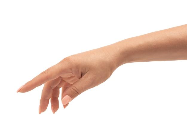 La mano femminile ben curata con una manicure in una posa graziosa e rilassata è isolata su uno sfondo bianco. vista ritagliata della mano femminile isolata su bianco. pelle matura