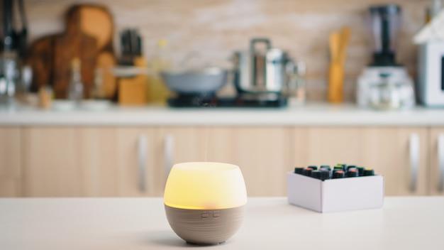 Diffusore di oli essenziali per aromaterapia benessere che diffonde fragranza in cucina. aroma salute essenza, benessere aromaterapia casa spa fragranza tranquilla terapia, vapore terapeutico, salute mentale tr