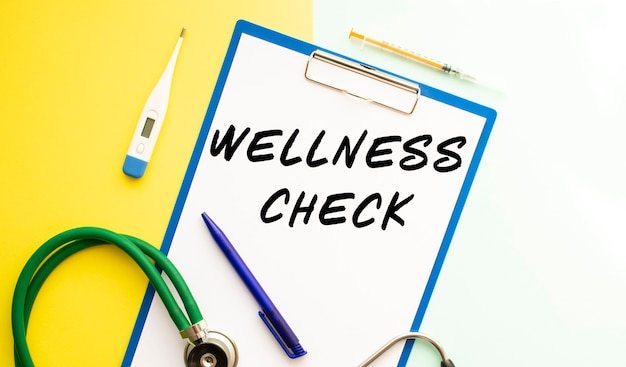 Wellness check testo su una carta intestata in una cartella medica