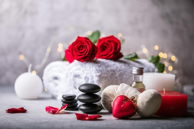 Decorazione benessere, impostazione massaggio termale, olio su fondo di pietra. san valentino