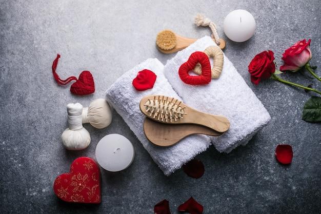 Decorazione di benessere, impostazione di massaggio termale, su fondo di pietra. concetto di san valentino.