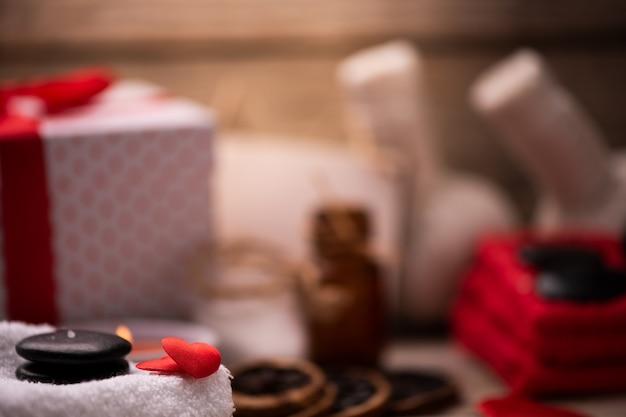 Decorazione del benessere a san valentino con candele e pietre