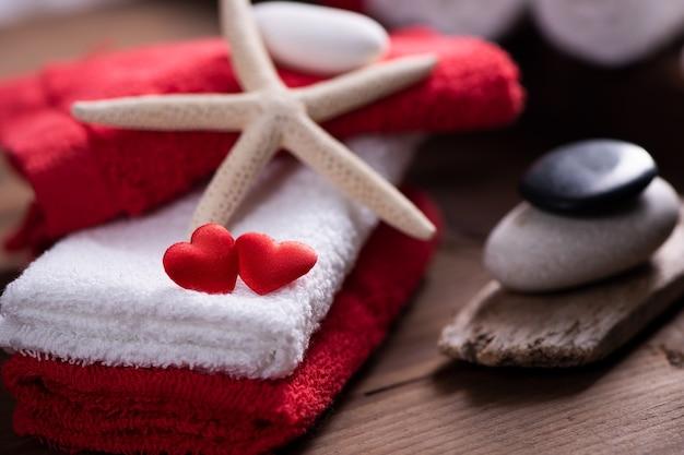 Decorazione benessere a san valentino con asciugamani e pietre