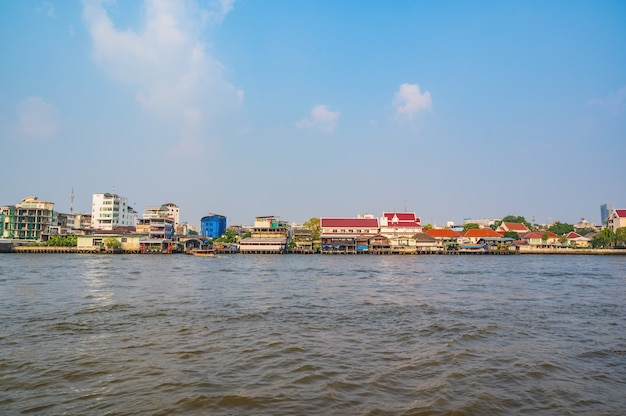 Riva occidentale del fiume chao phraya nel thonburi . di bangkok