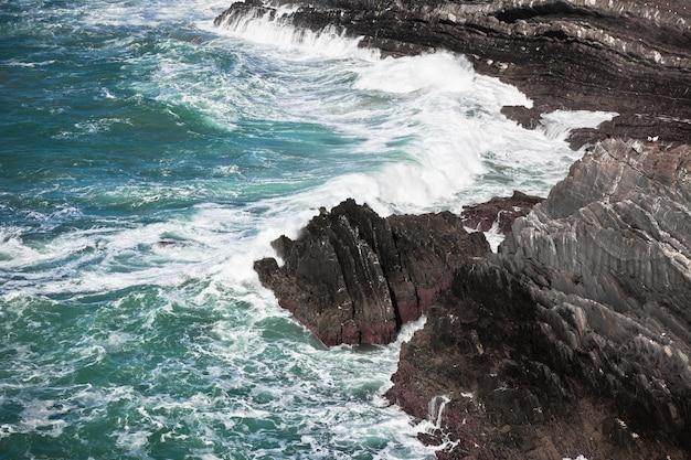 Costa occidentale dell'oceano del portogallo. scogliera e surf