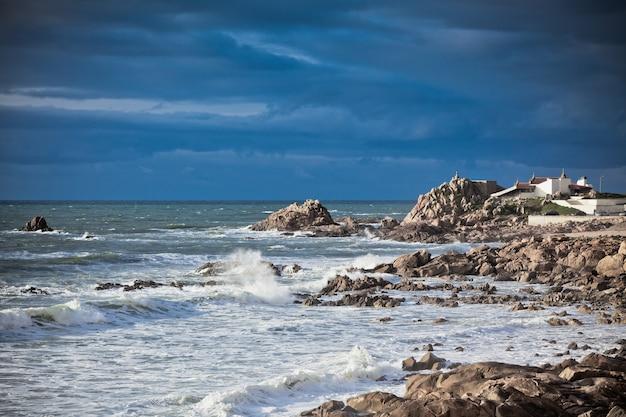 Costa occidentale dell'oceano del portogallo vicino a porto. inquadratura orizzontale
