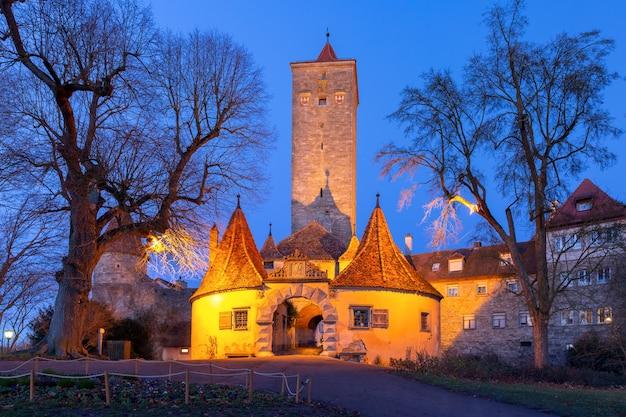 Western town gate e torre burgturm e stadttor nel centro storico medievale di rothenburg ob der tauber, baviera, germania meridionale