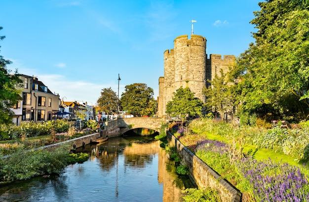 Westgate presso il great stour river nella città vecchia di canterbury, england