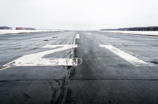 Bagnato all'aeroporto con tempo nuvoloso in inverno.
